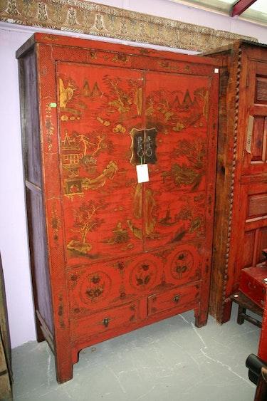 armoire rouge à motif. Galerie Gracieuse Orient