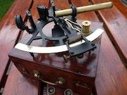 Sextant English XIX with its mahogany box.