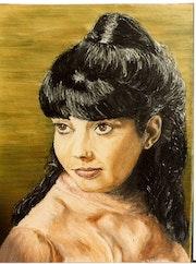 Jeune fille aux longs cheveux noirs.