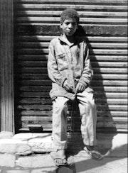 Kind Porträt Verkäufer in den Straßen von Kairo. Philippe Cardella