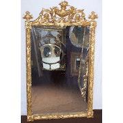 Spiegel aus vergoldetem Holz in Dekor Urne. Through the looking glass