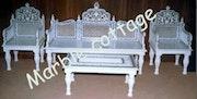 Sofá de mármol blanca con mesa de mármol blanco con incrustaciones de semi preciosa obra. Marble Cottage