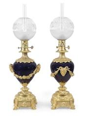 Paire de lampes à huile en bronze doré et porcelaine bleue dit «de sèvres» XIXe. Concept Antiques