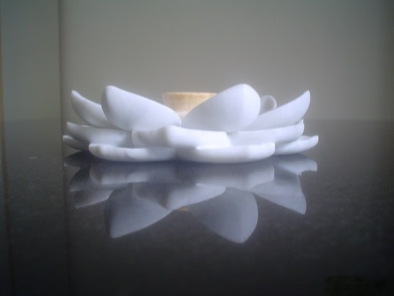 Table basse granit avec un lotus en marbre (symbolisant l'élément de l'eau).  Michael Laurans