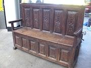 17 Del siglo banco de la iglesia española de nogal tallado. Andy Crichton