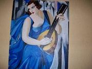 Frau in blau mit gitarre.