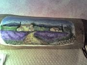 Kleines Haus in der Mulde von Lavendel.