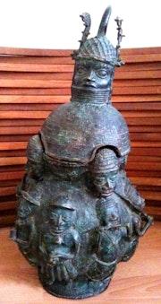 Bronze Afrika: Benin Vase Angeboten. Annick Moreau