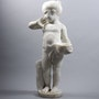 Kleines Mädchen mit einem Vogelnest. Concept Antiques