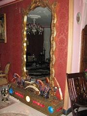 Ancient Französisch Vergoldete Spiegel mit Indianern handgefertigt und Edelsteine. Kamal