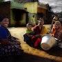 Scène de rue dans un petit village de pêcheurs. La Cie Des Voyageurs/ D. Almon
