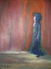 Elle marche, dans la rue de Marrakech.