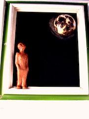 Hominho ollando a lua nunha noite de luar.