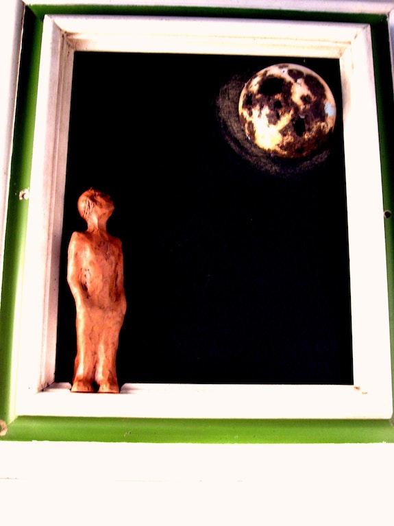 Hominho ollando a lua nunha noite de luar. Roxel Roxel