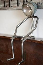 Mr lampe assis.