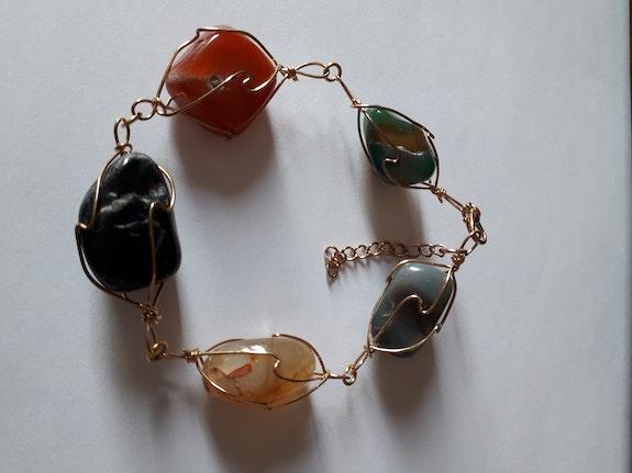 Bracelet d'agates relié artisanalement par un fil de cuivre. Jigée Jigée
