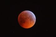 La lune s'éclipse.