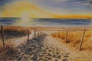 Traces de pas dans les dunes au coucher de soleil.