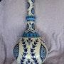 Grande bouteille de style Iznik à décor de tons bleus et turquoise. Retraité