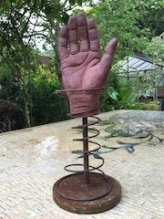 La main sur tige.