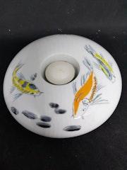 Bougeoir rond aux poissons, décor sur porcelaine. Plume Magicienne