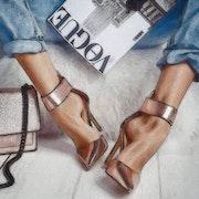 Chaussures dorées.