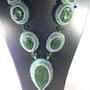 Collier de soirée mi-long haute couture fantaisie vert en perles de cristal. Agnèsm