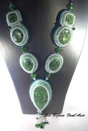 Collier de soirée mi-long haute couture fantaisie vert en perles de cristal. Agnesmdesigns