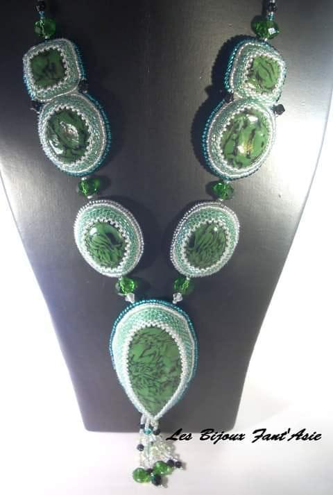 Collier de soirée mi-long haute couture fantaisie vert en perles de cristal. L. B. F. A Agnèsm