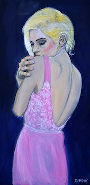 Jeune femme en robe rose.