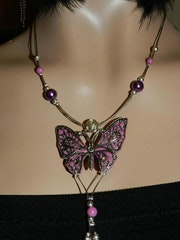 Collier rose papillon.
