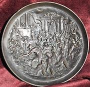 Plat d'une coupe en bronze, XVIème S. : La prise d'une ville.. Historien d'art, Archéologue; Chercheur Free-L.