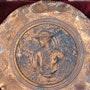 Henri. Rivière : Cornouaillais de la côte : plat en cuivre repoussé, monogrammé.. Historien d'art, Archéologue; Chercheur Free-L.