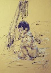 L'enfant à côté de l'arbre.