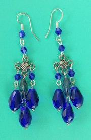 Boucles d'oreilles cristal bleu.