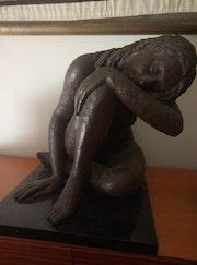 Mujer reposando y descansando plácidamente. Alex Puig