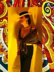 Femme au chapeau et aux couleurs d'été. Anita De Martini