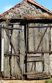 Portail au marmouset (La Couvertoirade).