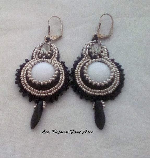 Boucles d'oreilles brodées serties en cristal de Swarovski. Morlet Agnès Agnèsm