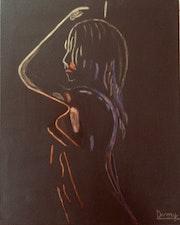 Silhouette femme tons dorés sur fond noir.
