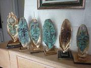 Figurines sculptées sur os de seiches. Jean Claude Vildé