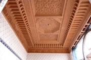 Fauxplafond en bois sculpté. Artiste