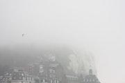 La falaise a disparu dans la brume de l'hiver.