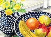 Obst, Keramik und Blumen.