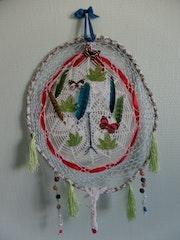 Attrape rêves blanc, rouge à plumes, feuilles et papillons.. Mad