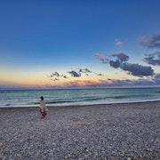 Toute seule sur la plage. Hervé Hameury