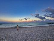 Toute seule sur la plage.
