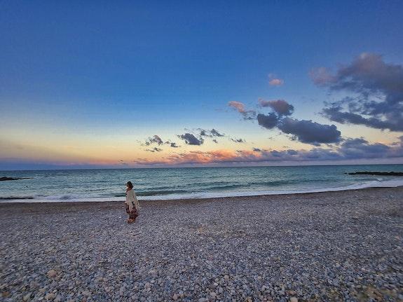 Toute seule sur la plage. Hervé Hameury Hervé Hameury