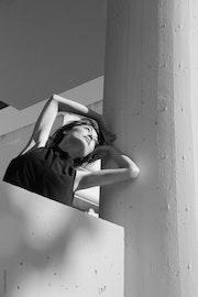 Origami city, portrait de jeune femme dans la ville. Caroline Chollet