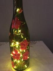 Bouteille en verre peinte à la main lumière d'ambiance, pied de lampe ou vase. Marie-Laure Hebert/pillac